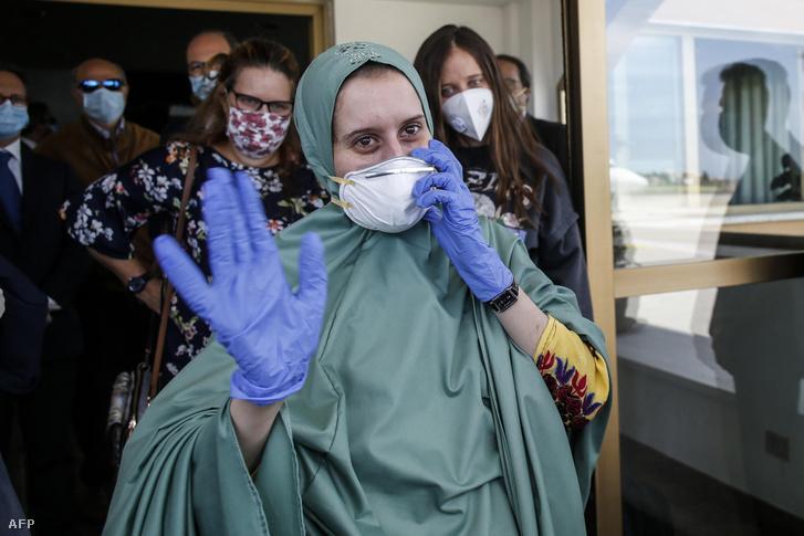 Silvia Romano hazérkezésekor, május 11-én a római Ciampino repülőtéren.
