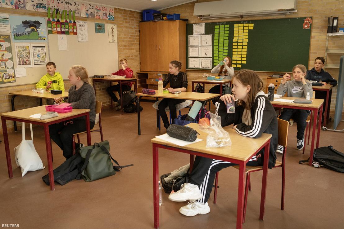 Gyerekek az újranyitott Korshoejskolen iskolában a koronavírus-járvány miatti korlátozások után Randersben, Dániában 2020. április 15-én