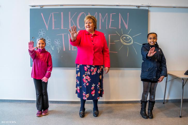Erna Solberg, norvég miniszeterelnök gyakorolja a köszöntést a koronavírus-járvány után újranyitott Ellingsrudasen iskolában Oslóban 2020. április 27-én