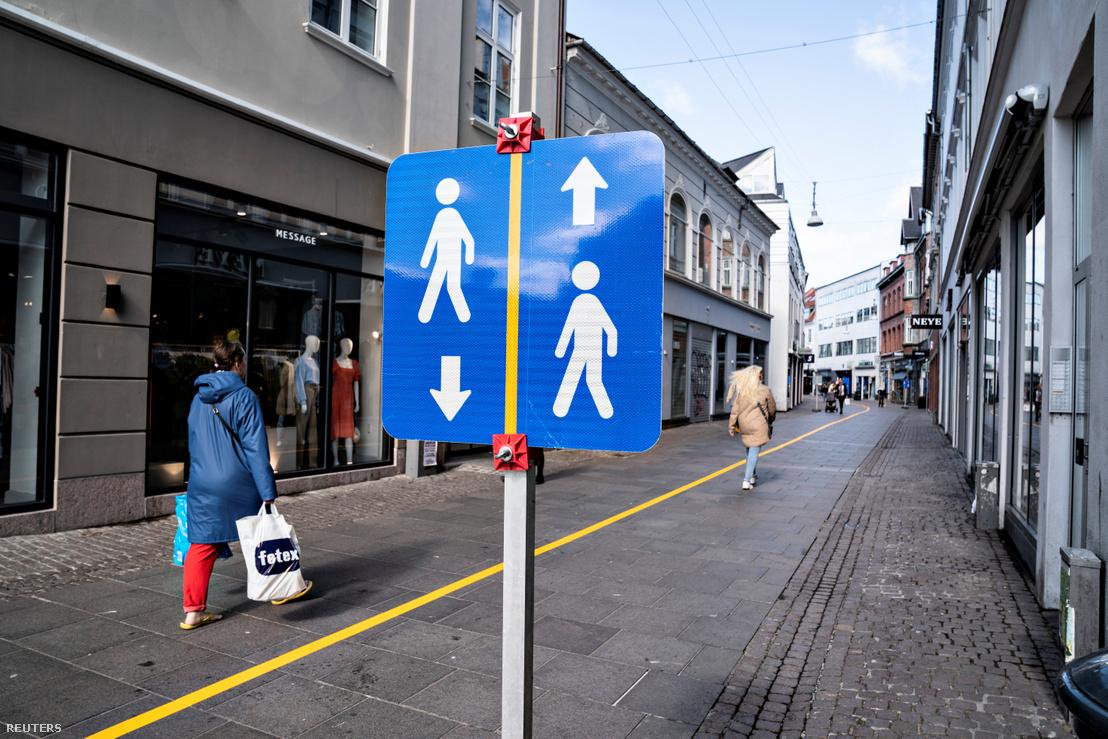 Sárga csíkot festettek egy sétáló utca közepére Aalborgban a koronavírus-járvány közösségi távolságtartás miatt 2020. május 4-én