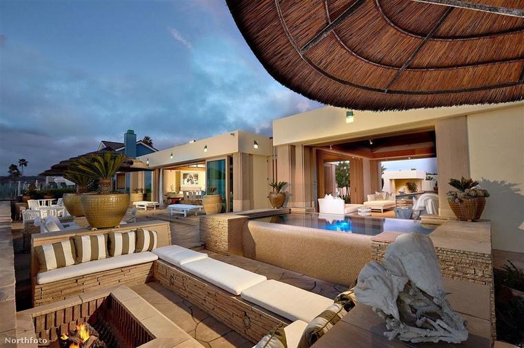 Kezdjük mindjárt az ingatlan árával: a szoftverfejlesztő 43 millió dollárért, vagyis 13,8 milliárd forintért vásárolta ezt a kaliforniai, Del Marban található lakást