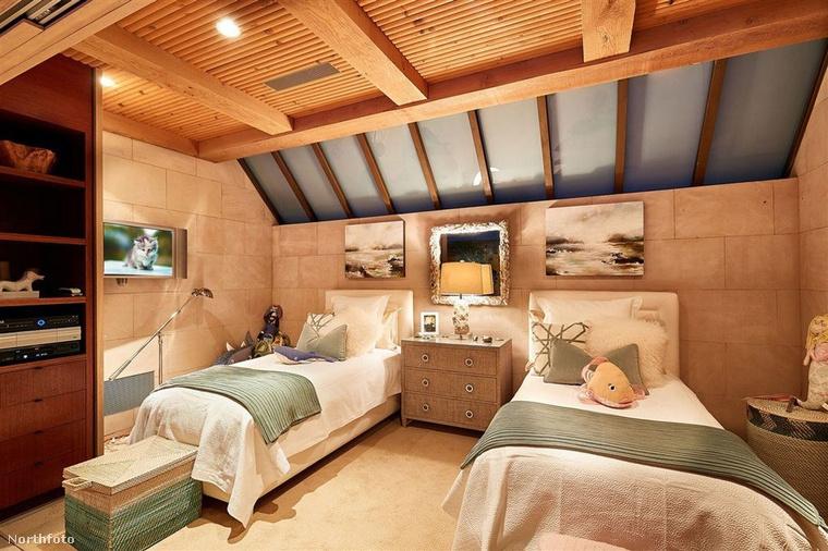 Ahogy láthatja, a lakásban a semleges és meleg színek dominálnak, a fa mennyezettől barátságos, családias hangulata van a  nagyjából 540 négyzetméteres háznak