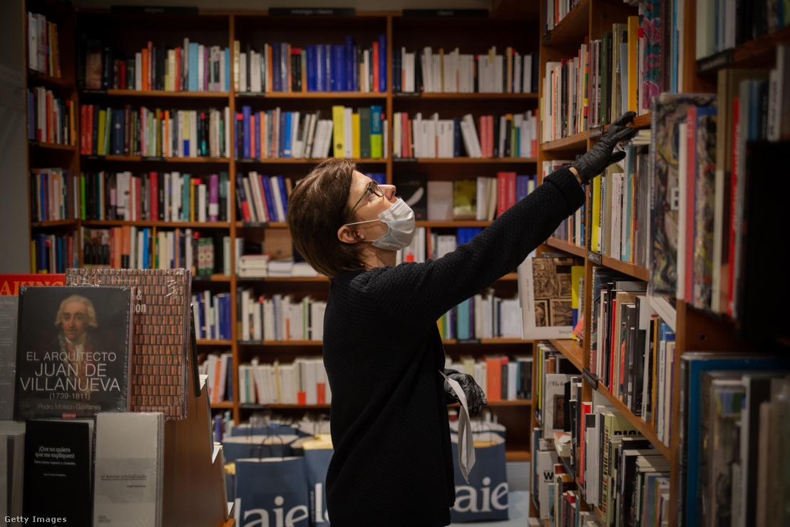 Eladó egy barceloani könyvesboltban 2020 áprilisában
