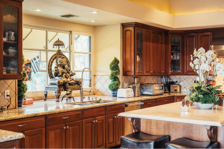 A japán stílus a konyhában is tetten érhető, itt  a többszárnyú ablak és a mosogató közé tettek egy méretes keleti szobrot