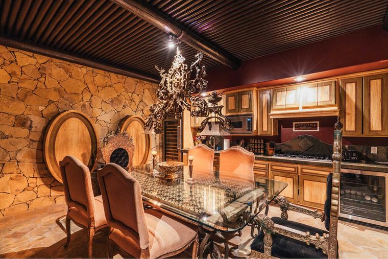 A konyhákhoz (mivel kettővel is büszkélkedik a ház) természetesen étkezők is tartoznak