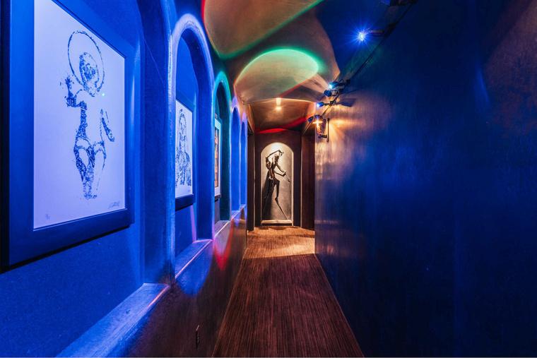 A több mint 1100 négyzetméteres lakásba nagyon sok extra elfért, a neonfénnyel kivilágított folyosó még nem is akkor nagy szám köztük