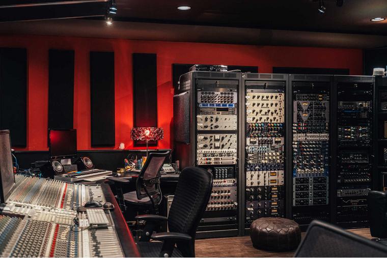 Ahogy az egy zenésztől luxusvillától elvárható, egy teljesen felszerelt házi stúdió is van benne