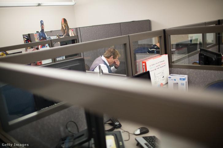 Alkalmazott egy irodai fülkében dolgozik a bristoli Connecticut államban, 2013-ban.