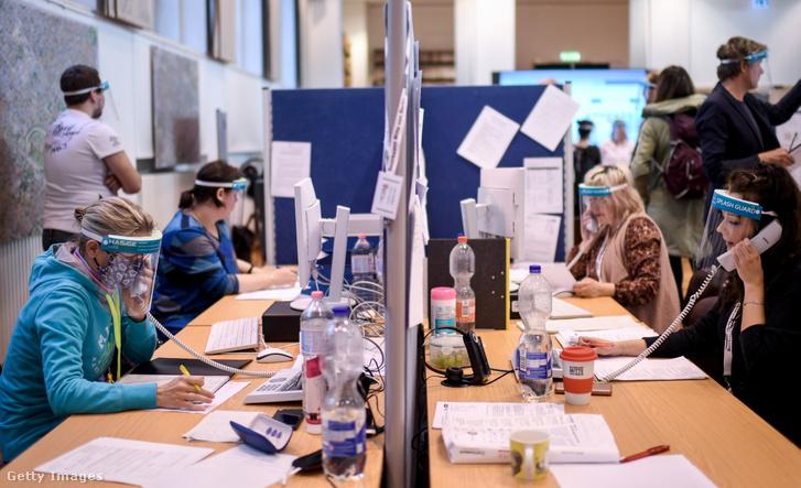 Alkalmazottak a Mitte Egészségügyi Hivatal központjában, Berlinben 2020. április 27-én.