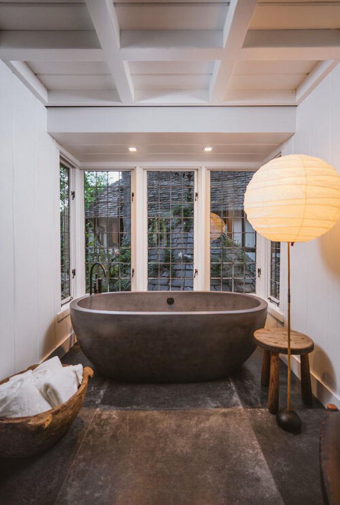 Lapozgatónkat pedig ezzel a bájos hangulatú fürdővel zárjuk, melynek legfőbb éke ez a sötét kőből készült kád