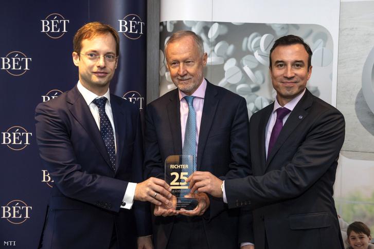 Tavaly ünnepelte a Richter Gedeon Nyrt., hogy az értéktőzsdén 25 éve kezdték meg a kereskedést a Richter részvényeivel. A képen Végh Richárd a Budapesti Értéktőzsde (BÉT) vezérigazgatója, Bogsch Erik a Richter Gedeon Nyrt. elnöke és Orbán Gábor a társaság vezérigazgatója 2019. november 22-én.