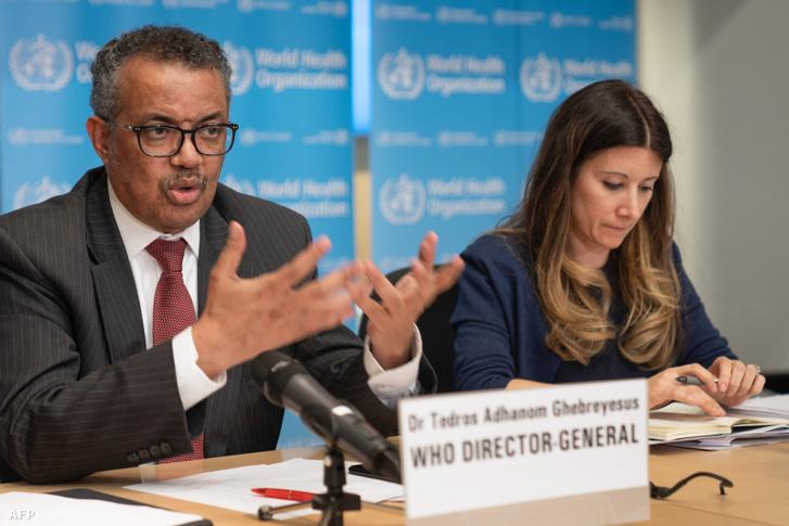 Az Egészségügyi Világszervezet főigazgatója, Tedros Adhanom Ghebreyesus a WHO műszaki vezetője Maria Van Kerkhove mellett az új koronavírus szóló virtuális sajtótájékoztatón 2020. március 20-án.