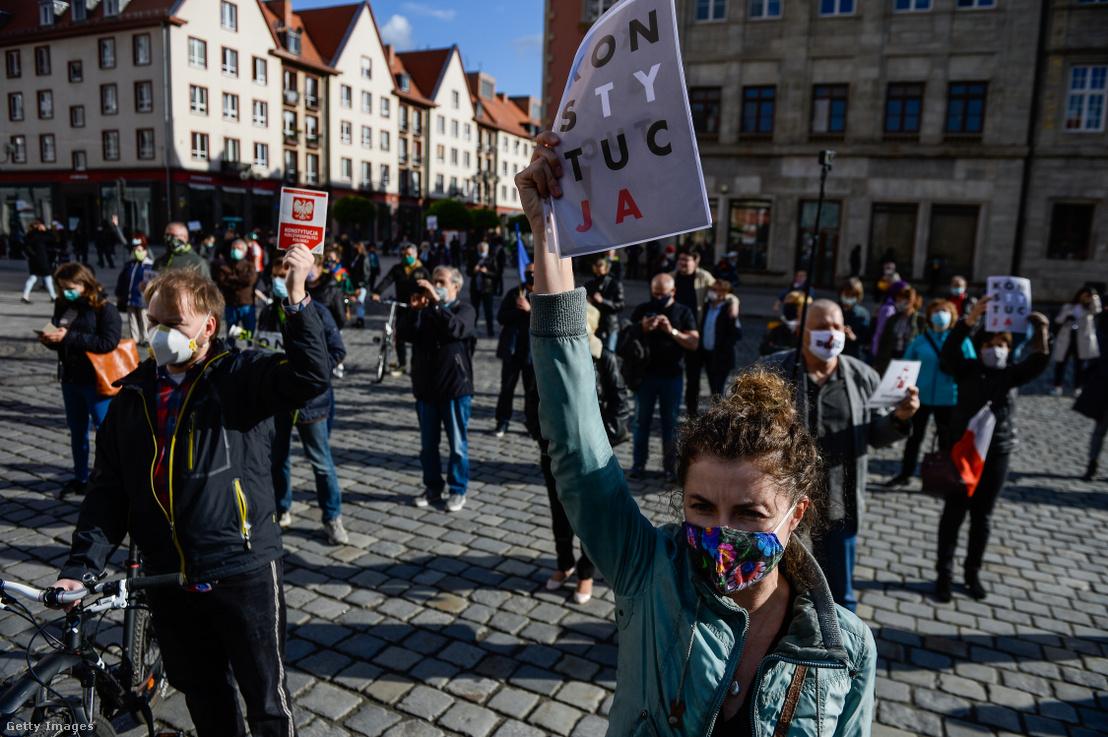 Biztonságos távolságot tartó kormányellenes tüntetők a lengyel alkotmány napján 2020. május 3-án Wrocław-ban