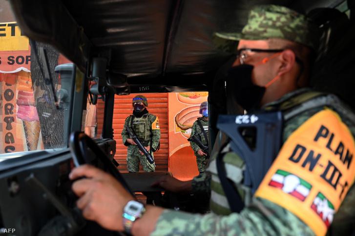Mexikói hadsereg tagjai járőröznek a Tacuba kórháznál 2020. május 3-án