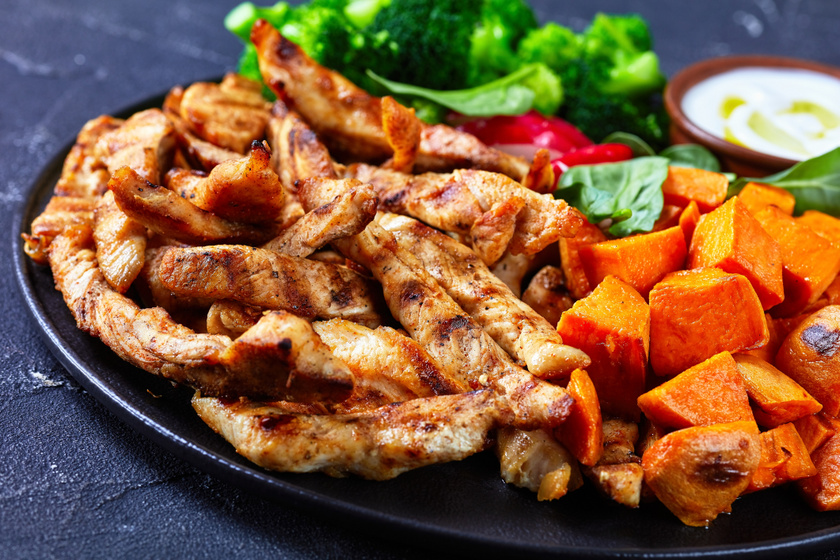 Fokhagymás pácban érlelt omlós csirkecsíkok: serpenyőben vagy grillen is elkészítheted