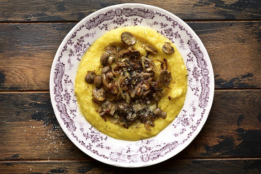 Krémes, tejszínes polenta sült gombával és hagymával – Laktató fogás hús nélkül