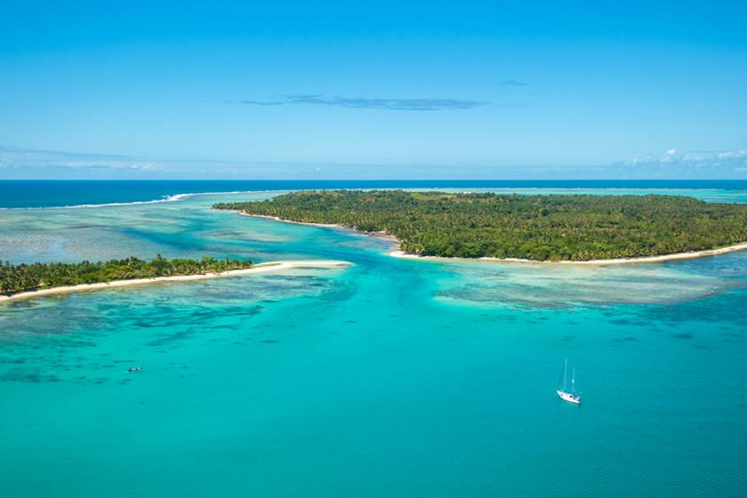 Madagaszkár környéke igazi kalózparadicsomnak számított a 17. században. Tőle északra található Île Sainte-Marie szigete, ahol több híres kalóz raktározta holmijait, mint William Kidd, Thomas Tew vagy Henry Every, akik az egzotikus cikkeket szállító hajókat is rendszeresen megtámadták.