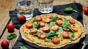 A karfiolos pizzaalap friss olasz fűszerekkel és egy kevés parmezánnal a legfinomabb