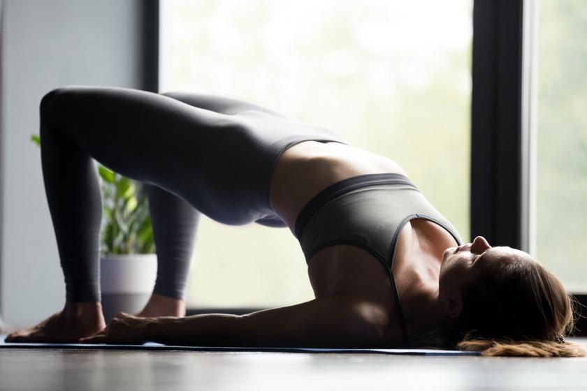 A medenceemeléshez feküdj a hátadra behajlított térdekkel, a lábak legyenek csípőtávolságban! Belégzésre emeld ki a medencét, érintsd meg az ujjakkal a sarkat! Tartsd meg magad 5 másodpercig, majd engedd vissza a hátad a földre, és ismételd meg 10-szer!