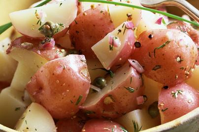 Friss, zöldfűszeres újkrumplisaláta: majonéz nélkül is nagyon finom