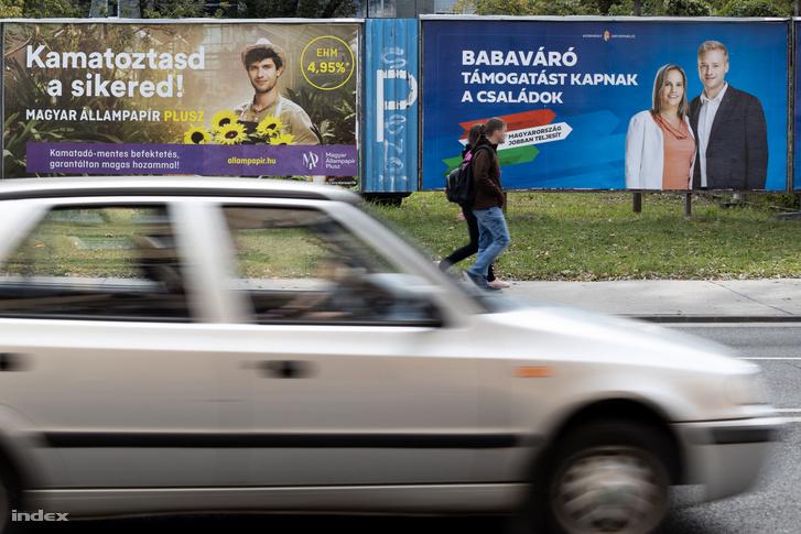 MÁP Plusz kötvényeket népszerűsítő plakát Budapest belvárosában