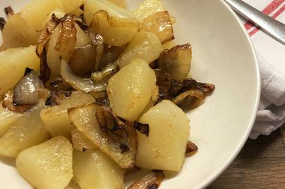 Pirított hagymás puha krumplikockák – A hagyma finoman karamellizálódik