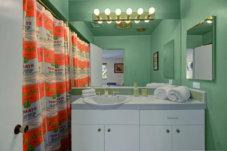 Íme az egyes számú, menta színben úszó fürdőszoba.