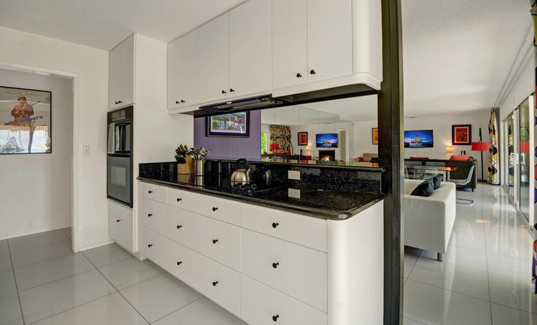 Már a konyha is meglehetősen érdekesre sikeredett, pedig a ház ezen pontján még nem is játszanak olyan nagy szerepet a színek