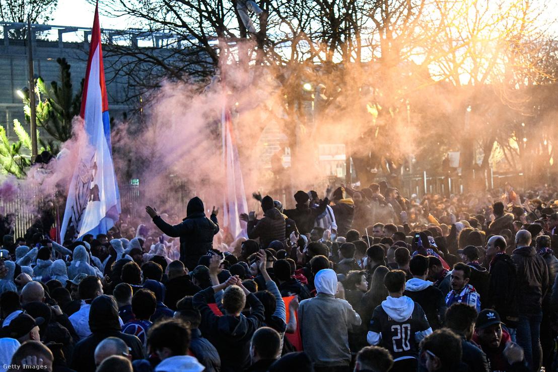 Szurkolók a PSG-Dortmund zárt kapus BL-meccs után 2020. március 11-én