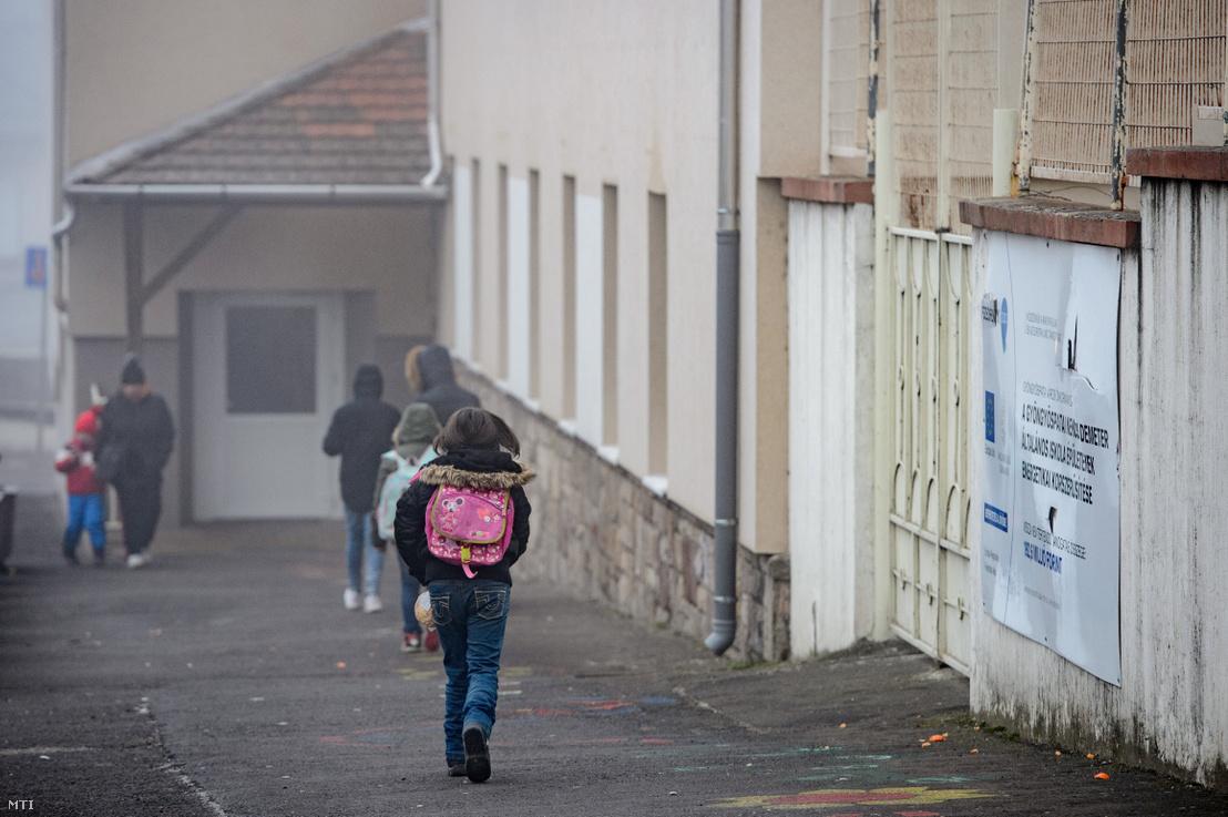 Diákok a gyöngyöspatai Nekcsei Demeter Általános Iskola előtt 2020. január 21-én. A Debreceni Ítélőtábla másodfokú ítélete a roma családoknak százmillió forint kártérítés megfizetésére kötelezte a tankerületet és az önkormányzatot szegregáció miatt.