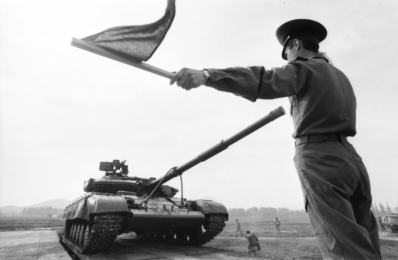 """Magyarország, Esztergom, 1990, A felvétel a szovjet csapatok kivonulása idején készült. A Szovjet Déli Hadseregcsoport harckocsizó gárda hadosztálya elhagyja a várost.                         ___                                                  """"Magyarország helye Európában, a Nyugat oldalán van, nem pedig Kelet-Európában, ahová a szovjet hatalom több mint négy évtizedre bezárta nemzetünket. E mellett két népszavazáson tettünk hitet. Másodlagos kérdés, hogy vannak személyek és politikai irányzatok, ahol ez tradíción alapuló meggyőződés, és vannak, akiknél 'csak' reálpolitika, esetleg opportunizmus, eldobható maszk."""" (Jeszenszky Géza: Magyarország és a Nyugat: viszonzatlan szerelem?)"""