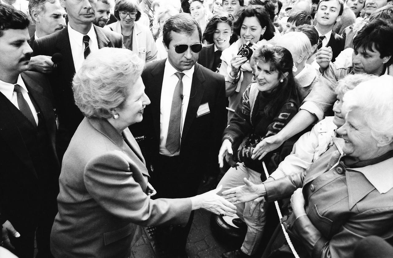 """1990.szeptember 19, Budapest, Vörösmarty tér, Margaret Thatcher brit miniszterelnök.                                                  ___                                                  """"Thatcher második és a dél-afrikainál is sokkal nagyobb teljesítménye volt a berlini fal leomlása. Ez sok kéz műve volt, ám a színdarab első felvonásában a nyugati főszerepeket ő és Reagan játszották (II. János Pál pápával együtt), majd Thatcher nagyon fontos mellékszerepet vitt a második felvonásban is. A fal leomlása két azonnali és nem sokkal később még egy harmadik reakciót váltott ki belőle. Először egyszerű, elsöprő örömet érzett afölött, hogy Közép- és Kelet-Európában az emberek visszanyerték a szabadságukat. Másodszor nyugtalan szorongás fogta el.""""  (John O'Sullivan: Margaret Thatcher 1989-ben.)"""