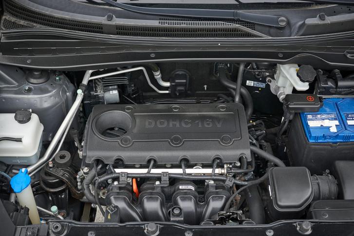 A motortérben szinte lötyög a négyhengeres, pedig V6 került bele Amerikában sem