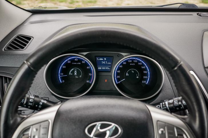 Az egyszerű óracsoportról minden lényeges infó leolvasható, viszont a kék világítás fényerejét csökkenteni kell esti vezetéshez, hogy ne vakítson