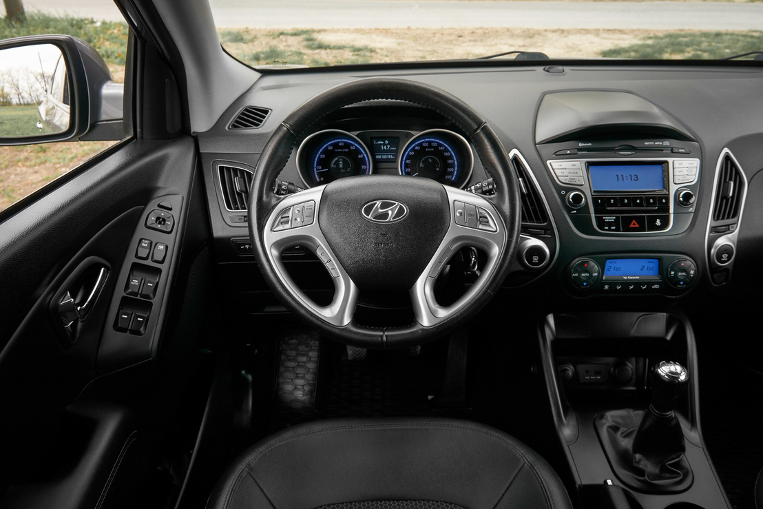 Jellegzetes Hyundai műszerfal cirka 2010: organikus vonalak és kemény műanyagok, a kapcsolókat viszont könnyű megszokni, és nem kopott semmit