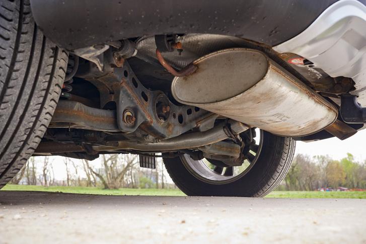 Az ott bizony felületi rozsda, ami a vizsgára most még nem veszélyes, de ha tartósnak akarjuk tudni a kocsit, kezelni kell
