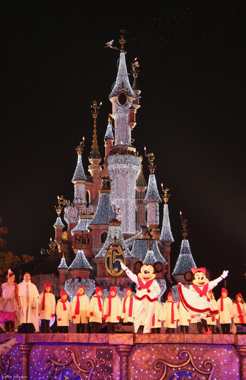 Elképesztő karácsonyi látvány Párizsban: gyönyörű fényeket kap a Csipkerózsika-kastély, amikor lemegy a nap. Ráadásul Miki és Minnie egér is szórakoztatja a közönséget.