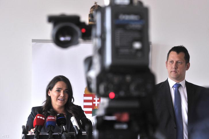 Novák Katalin és Fülöp Attila szociális ügyekért felelős államtitkár az örökbefogadás egyszerűsítéséről szóló törvényjavaslatról tartott sajtótájékoztatón 2020. május 12-én.