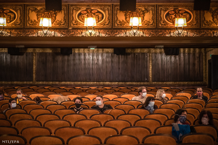 Szájmaszkban ülnek a nézők egy újranyitott moziban Prágában 2020. május 11-én.