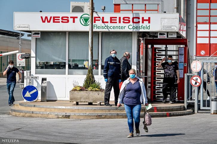A Westfleisch német húsforgalmazó vállalat üzeme a németországi Coesfeldben 2020. május 8-án. Az üzemben az előző nap 200 dolgozón végeztek koronavírus-tesztet, a jelentések szerint 129 fertőzöttet találtak.