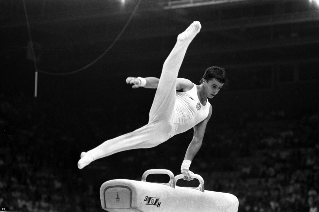 Magyar Zoltán az aranyérmet jelentő lólengés gyakorlata közben magasra emeli a lábát, a XXII. Nyári Olimpiai Játékokon Moszkvában, ahol július 25-én megszerezte a második olimpiai anyarnyérmét