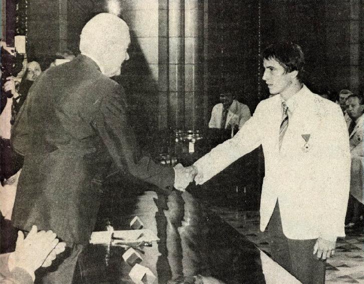 A munka érdemrend arany fokozatát kapta Magyar Zoltán, az olimpiai játékokon elért eredményeiért, példamutató sportolói pályafutásáért. Forrás: Képes Sport 1980. augusztus / Arcanum adatbázis