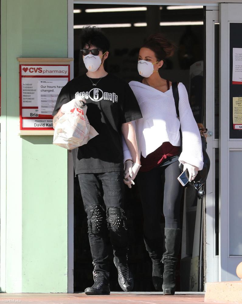 Aztán meg is fogták egymás kezét, amikor távoztak a boltból, ahová betértek némi munícióért.