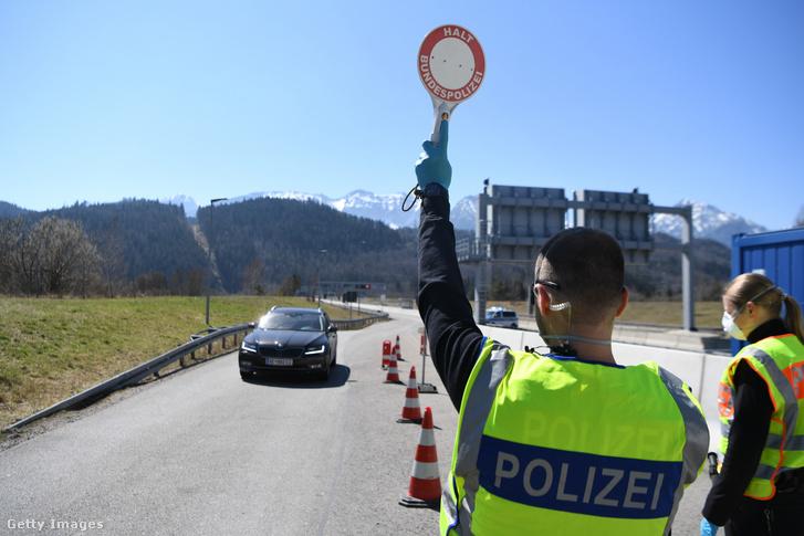 Német határőrök állítanak meg egy autót ellenőrzésre a német-osztrák határon Fussennél 2020. április 5-én