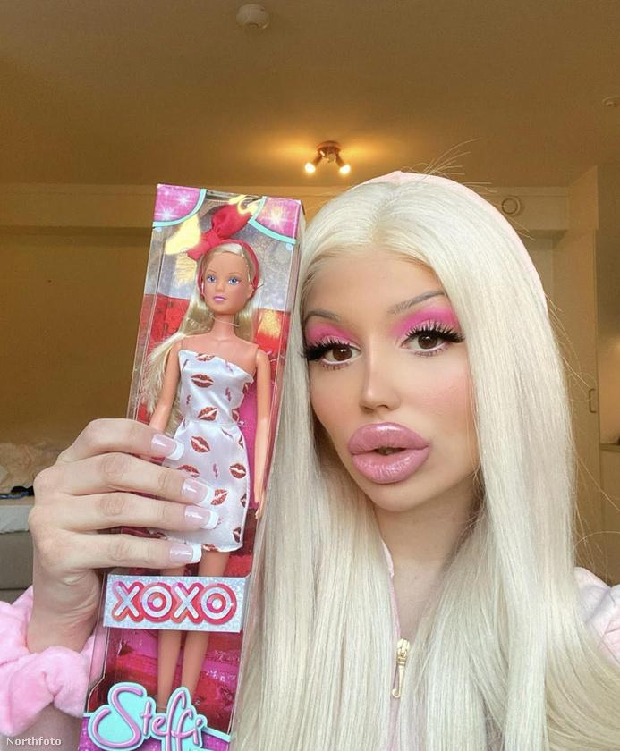 Ahhoz képest, hogy elvileg nem is rá akar hasonlítani, azért Mulic megjelenése már Barbie-étól sem áll különösebben távol.