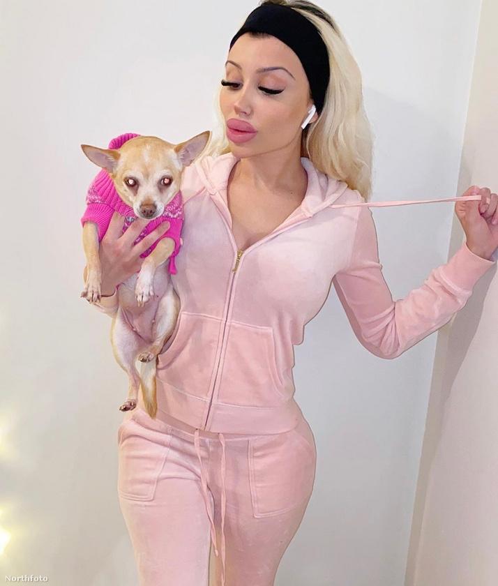 Van egy kutyája és nagyon sok rózsaszín, illetve fekete ruhája