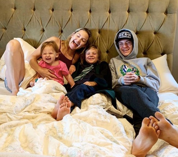 Kate Hudson három gyermekével, a 16 éves Ryderrel, a nyolcéves Binghammel és az egyéves Ranivel látható. Aranyosak együtt.