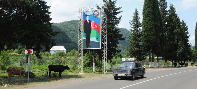 Kilenc évvel halála után is Heidar Aliyev volt azeri elnök portréja üdvözli a turistákat az iráni-azeri határon.