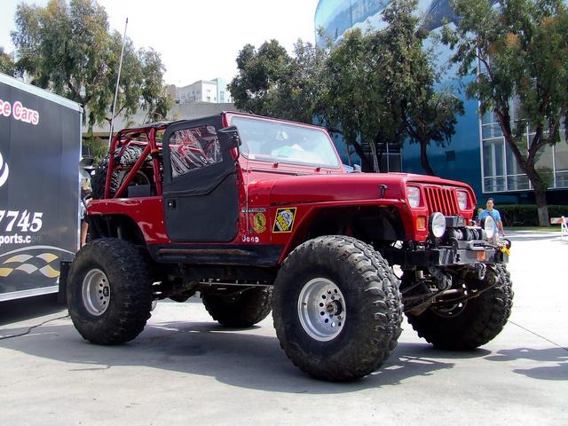 Jeep Wrangler, kicsit megemelve, épp csak a gyárinál nagyobb kerekeken. Meg se fordultak utána