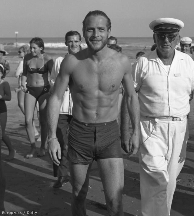 Paul Newman köré gyűlnek a rajongók és újságírók 1963-ban a velencei Lidón